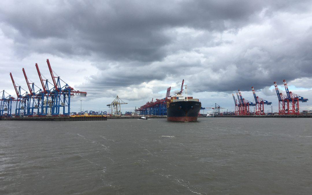 En bateau dans le port de Hambourg