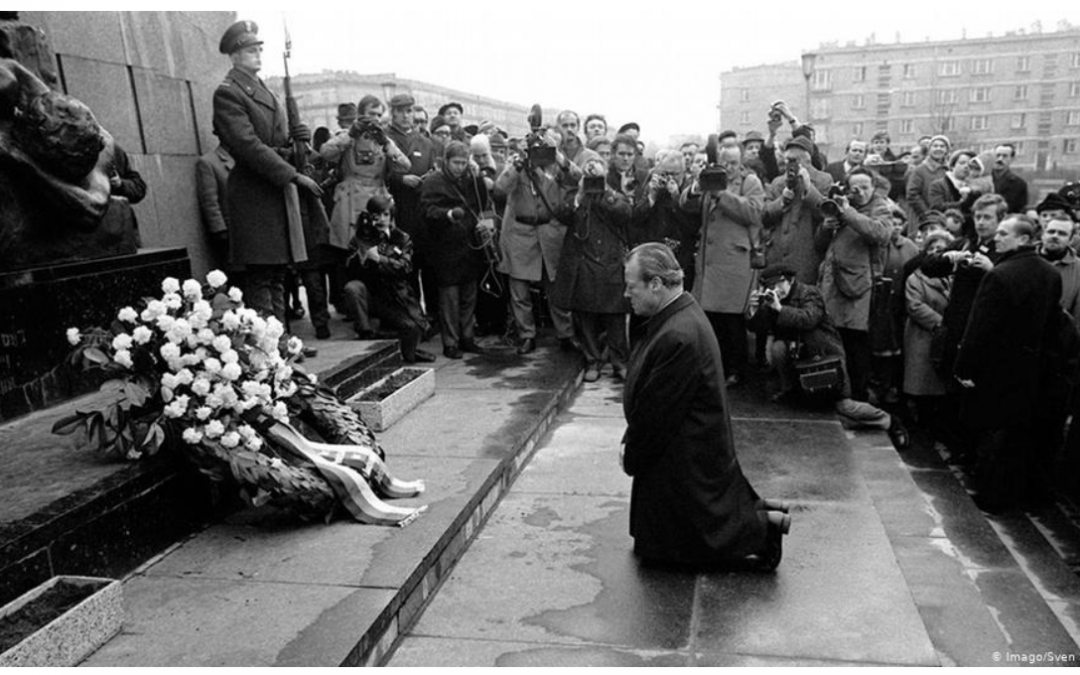 Le 7 décembre 1970, l'agenouillement du chancelier Willy Brandt à Varsovie (Kniefall von Warschau)