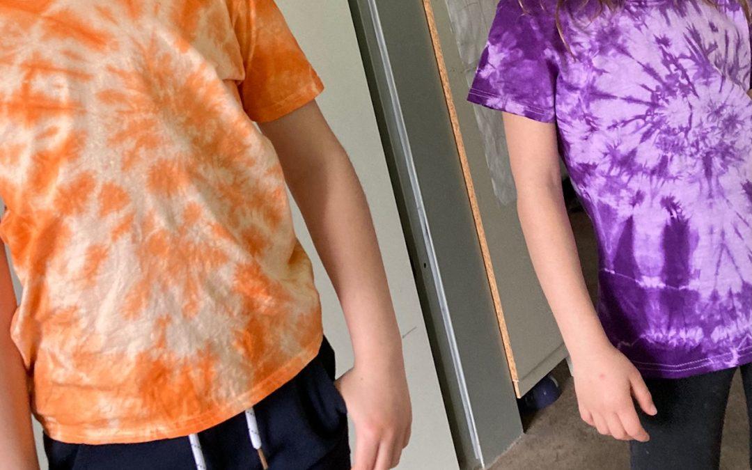 A la recherche d'une activité manuelle facile et gratifiante pour les enfants ? Des t-shirts tie & dye faits maison !
